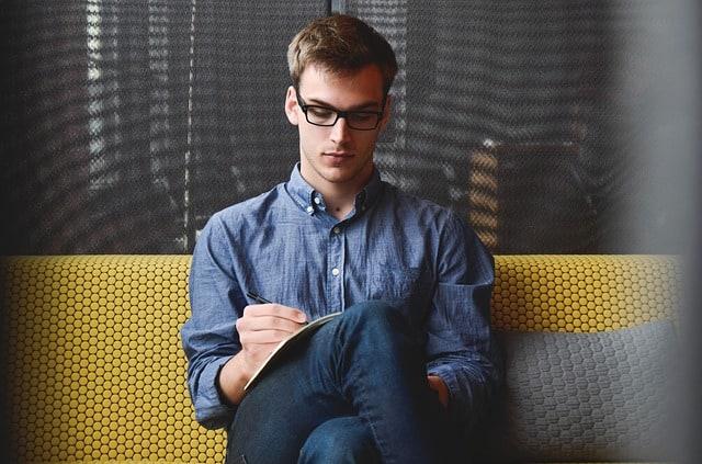 איך להתחיל שיחה עם בחור בלי להיראות נואשת